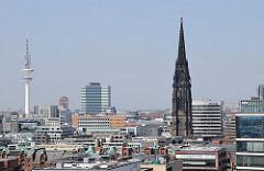Fotos aus Hamburgs Stadtteilen - Hamburg Altstadt, Dächer der Innenstadt, Turm der St. Nikolaikirche - Fernsehturm.