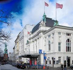 Blick in die Kirchenallee in Hamburg St. Georg - Deusches Schauspielhaus, im Hintergrund die Hl. Dreieinigkirche.