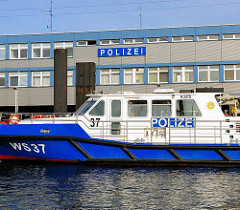 Das Polizeiboot WS 37 vor der Station der Wasserschutzpolizei am Travehafen in Hamburg STeinwerder.