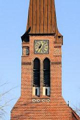 Kirchturm mit Turmuhr - Bilder aus Hamburg Wandsbek, Kreuzkirche im Stadtteil Wandsbek.