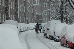 Eingeschneite Autos und verschneite Strasse in der Hamburger Jarrestadt. Schneetreiben in der Hölderlinsallee.