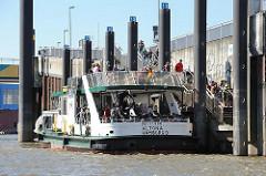 Anlegestelle der Elbfähre in Hamburg Neuenfelde / Cranz. Die Fahrgäste gehen von Bord, neue steigen zu.