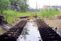 Abgebaute Gleisanlage im Hamburger Freihafen bei der Versmannstrasse; lks. der Zollzaun.