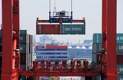 Zwei Container hängen der Containerbrücke am Terminal Eurogate und werden an Land gebracht - Fotos aus dem Hamburger Hafenstadtteil Waltershof.