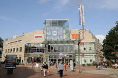 Einkaufen in Hamburg Niendorf - Gebäude Tibarg Center - Passanten auf der Einkaufsstrasse.