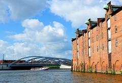 Blick über das Dessauer Ufer im Saalehafen zur Brücke Veddeler Damm, dahinter der Spreehafen und Wohngebäude in Hamburg Veddel.