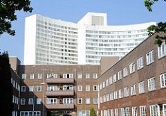 Architektur in Hamburg - Backsteingebäude des Friedrich-Ebert-Hof in Hamburg Bahrenfeld - modernes Verwaltungsgebäude.