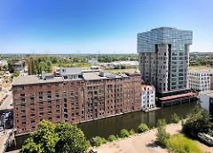 Luftfoto vom Harburger Bahnhofskanal - restauriertes Gebäude der Harburger Mühlenbetriebe und umgebautes Silo zum Bürogebäude.