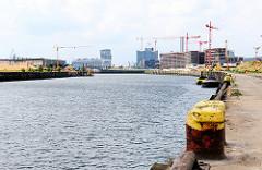 Eisenpoller am Kai des Baakenhafens / Versmannkai - Baustellen im entstehenden Stadtteil Hafencity.
