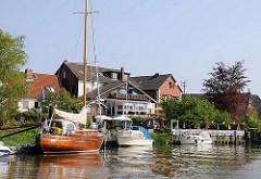 Ausflugsziel Altes Land Cranz. Sportboote am Uferder Este.
