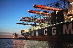 Nachtaufnahme Hamburger Hafen - Arbeit im Containerhafen.
