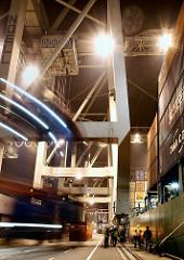 Hafenarbeit auf Hamburg Waltershof - Vancarrier an den Containerbrücken vom HHLA Terminal Burchardkai.