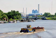 Blick auf die ehem. Entenwerder Zollstation und das Billwerder Sperrwerk - Schubschiff mit Lastkahn auf der Elbe.