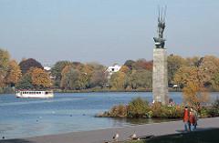 Kunst im öffentlichen Raum - Grossskulptur an der Alster - Bronzeplastik - Herbstbäume am Ufer der Aussenalster des Stadtteils Hamburg Hohenfelde.
