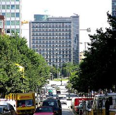 Blick vom Steindamm in Hamburg St. Georg, dem Nachbarstadtteil Hohenfeldes zum ehemaligen Hauptverwaltungsgebäude der NEUEN HEIMAT.