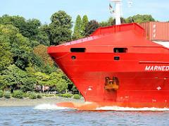 Schiffsbug in Fahrt - Frachtschiff auf der Elbe in Hamburg - Bäume am Elbufer.