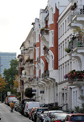 historische Etagenhäuser mit Balkons zur Strassenseite - Gründerzeitarchitektur Hamburgs.