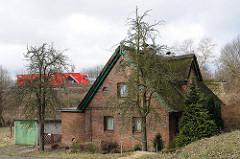 Wohnhaus am Deich - Lkw-Verkehr auf der Autobahn - Neulaender Elbdeich.