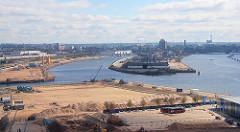Bilder von der Entwicklung des Hamburger Hafens - Entstehung der Hafencity als eigener Stadttteil Hamburgs. Blick zum Baakenhafen und dem Kirchenpauerkai an der Norderelbe - im Hintergrund die Elbbrücken.