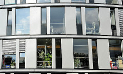 Fenster eines modernen Bürogebäudes - Glas und Stahl Architektur Hamburgs.