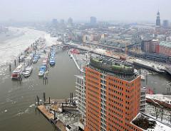 Blick über das Bürogebäude am Kehrwieder zum Binnenhafen und der Hamburger Neustadt - Elbe im Winter, Eis auf dem Fluss.