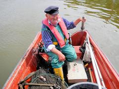 Rückfahrt mit der Jolle zum Liegeplatz; der Fischer wriggt das Boot in der Billwerder Bucht.