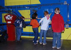 Kindermuseum Hamburg Osdorf - Kinder spielen zusammen an einer technischen Anlage.