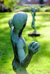 Kunst im öffentlichen Raum - ballwerfende Jungen - Bronzeskulpturen Grünanlage Hamburg Dulsberg - Bildhauer Ludolf Albrecht.