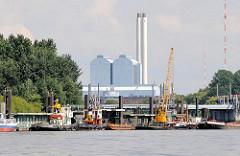 Blick über den alten Zollponton bei den Norderelbbrücken von Hamburg Rothenburgsort - diverse Schiffe und ein hoher Kran haben an der Anlage fest gemacht. Im Hintergrund das Kraftwerk Tiefstack,