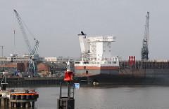 Schiffsneubau am Ausrüstungskai der Sieatas Werft - Werftkräne auf dem Werftgelände.