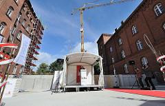 Grundsteinlegung Hauptgebäude TUHH - Historisches Gebäude der Kaserne mit Baukran - Rede zur Grundsteinlegung.