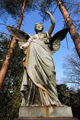 Engelskulptur auf dem Ohlsdorfer Friedhof - Engel auf dem Grabmal, Friedhofsengel.