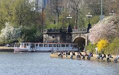 Alsterdampfer an den Lombardsbrücken.