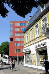 Historische und moderne Architektur in Hamburg Barmbek Nord - Blick zur Fuhlbüttler Strasse.