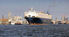 Der RollOnRollOff RoRo Frachter City of Antwerp läuft aus dem Hamburger Hafen aus - re. im Hintergrund die Baustelle der Elbphilharmonie - lks. das Kreuzfahrtterminal Altona.