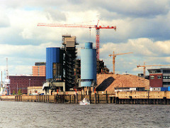 scan_1a-2001 Das Kraftwerk Hafen der HEW wird abgerissen - im Hintergrund der Kaispeicher A. (2001)