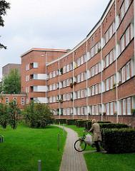 Innenhof mit Grünanlage - Hausfassade in der Jarrestadt, Architekur Fotografien aus Hamburg Winterhude.