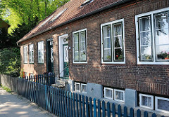 Historische Lotsenhäuser an der Elbe - Gartenzaun aus Holz - Denkmalschutz in der Hansestadt Hamburg.