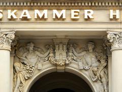 Hamburg Wappen über dem Eingang der Hamburger Börse / Handeslkammer Hamburg; Relief-Fassandschmuck - Hamburgbilder aus der Altstadt.
