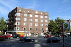 Hauptverkehrsstrasse Hamburgs - Strassenverkehr auf der Kieler Strasse in HH-Stellingen - Bushaltestelle Langenfelder Damm - Backsteingebäude, Wohnhaus.