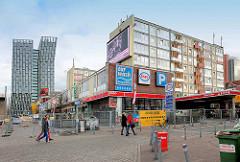 Essotanktstelle, Essohäuser und Gewerbe, Läden des Esso-Areals am Spielbudenplatz - im Hintergrund die neue, moderne Architektur der sogen. Tanzenden Türme.