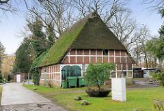Fachwerkhaus mit Reet gedeckt - alte Scheune im Hamburger Stadtteil Hausbruch.