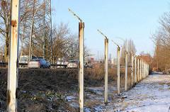 Abgebauter Zollzaun in Hamburg Steinwerder - nur die Eisenpfeiler sind stehengeblieben.