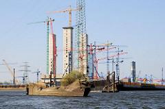 Das entstehende Kraftwerk in Hamburg Moorburg - Schiffswrack am Ufer der Süderelbe.