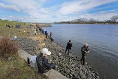 Elbe bei Hamburg Altengamme, Bezirk Hamburg Bergedorf - Angler fischen den Stint
