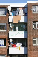 Balkons mit Wäsche und Satellitenschüssel - Siedlung Billstieg.