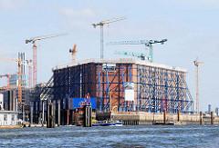 Baubeginn an der Hamburger Elbphilharmonie - eingerüsteter Kaispeicher - Baukräne (2007).