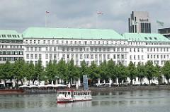 Blick über die Hamburger Binnenalster zum Neuen Jungfernstieg und dem Luxushotel Vierjahreszeiten.