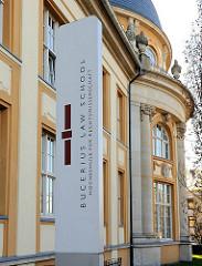 Schild  Bucerius Law School / Hochschule für Rechtswissenschaft.