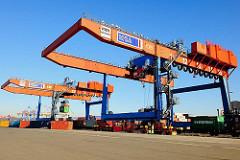 Portalkräne zur Containerverladung auf Güterwaggons - Güterbahnhof Burchardkai, Bilder aus dem Hamburger Hafen.